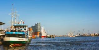 汉堡,德国- 2018年4月18日:St圣保利队Landungsbrucken汉堡港的着陆点在更低的港口之间的 库存图片