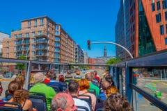 汉堡,德国- 2015年6月08日:人们在一辆doble公共汽车上的访问汉堡,在人顶面头等待的 图库摄影