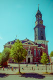 汉堡,德国- 2015年6月08日:圣徒Michaels有一个高塔和时钟的在上面,外部人民教会外 库存照片