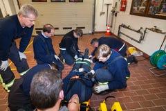 汉堡,德国- 2013年2月07日:在一锻炼的德国消防队员队与在担架伤害的  免版税库存照片
