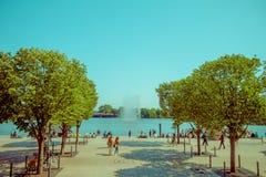 汉堡,德国- 2015年6月08日:在树中间边路在水飞溅,吸引力结束在汉堡 免版税库存照片