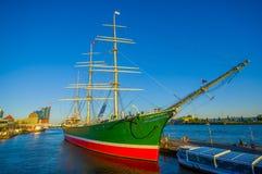 汉堡,德国- 2015年6月08日:在看法结束时是汉堡市,一条大小船在口岸附近航行 免版税库存图片