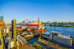 汉堡,德国- 2015年6月08日:太阳打开在汉堡港的小船,在河的好的颜色 免版税库存图片