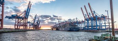 汉堡,德国- 2017年7月12日:容器准备好终端的Eurogate和的Burchardkai的桥式起重机为 免版税库存图片