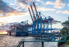 汉堡,德国- 2017年7月12日:容器准备好终端的Eurogate和的Burchardkai的桥式起重机为 免版税图库摄影