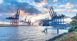 汉堡,德国- 2017年7月12日:容器准备好终端的Eurogate和的Burchardkai的桥式起重机为 图库摄影