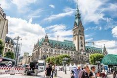 汉堡,德国- 2017年7月14日:有它的汉堡市` s市政厅为下个事件做准备 免版税图库摄影