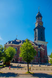 汉堡,德国- 2015年6月08日:有高塔和美丽的时钟的,城市游览点圣徒Michaels象征的教会 库存照片