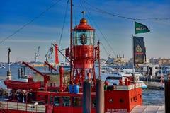 汉堡,德国- 2016年3月26日:游人在易北河港口参观著名红火巡逻艇汉堡小游艇船坞  免版税库存照片