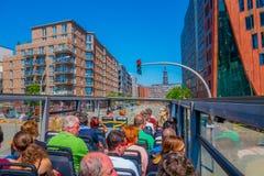 汉堡,德国- 2015年6月08日:红灯在路中间停止公共汽车,在汉堡附近的观光的公共汽车 图库摄影