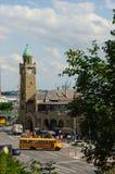 汉堡,德国- 2016年7月18日:著名Landungsbruecken美丽的景色和商业港口和易北河,蓝天,云彩 图库摄影