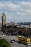 汉堡,德国- 2016年7月18日:著名Landungsbruecken美丽的景色和商业港口和易北河,蓝天,云彩 免版税库存照片