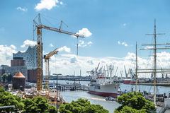 汉堡,德国- 2017年7月14日:起重机在圣圣保利队码头和Baumwall之间的建造场所运转 免版税库存图片