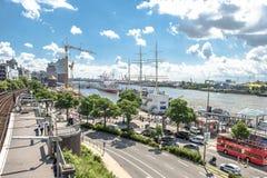 汉堡,德国- 2017年7月14日:起重机在圣圣保利队码头和Baumwall之间的建造场所运转 库存图片