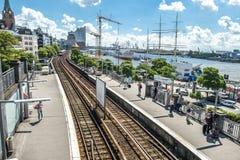 汉堡,德国- 2017年7月14日:起重机在圣圣保利队码头和Baumwall之间的建造场所运转 图库摄影