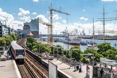 汉堡,德国- 2017年7月14日:起重机在圣圣保利队码头和Baumwall之间的建造场所运转 库存照片