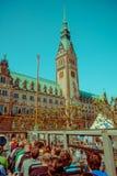 汉堡,德国- 2015年6月08日:从下落的市政厅视图和投下公共汽车,象征buiding 在的时钟 免版税库存照片