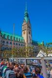 汉堡,德国- 2015年6月08日:从下落的市政厅视图和投下公共汽车,象征buiding 免版税库存照片