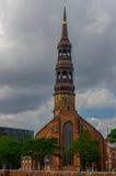 汉堡,德国- 2016年7月18日:仓库区可能Speicherstadt,与elb河的老教会多云天 免版税库存照片