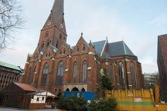 汉堡 在市中心附近的砖教会与在它附近的一个市场 图库摄影