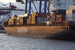 汉堡-在终端Burchardkai的集装箱船 免版税库存图片