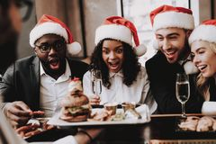 汉堡 帽子s圣诞老人 女孩和人 在新人的白人妇女的背景愉快的查出的人 库存照片