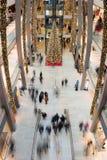汉堡-德国- 2014年12月30日-圣诞树在欧洲段落拥挤商店  库存照片