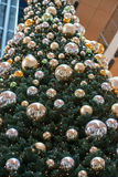 汉堡-德国- 2014年12月30日-圣诞树在欧洲段落拥挤商店  免版税库存照片
