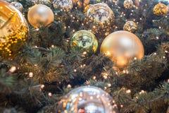 汉堡-德国- 2014年12月30日-圣诞树在欧洲段落拥挤商店  图库摄影
