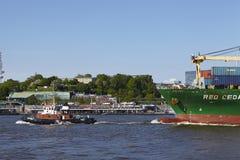 汉堡-拖轮画集装箱船 免版税库存图片