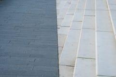 汉堡 路面由与一个楼梯的一条线划分在城市` s江边作为背景 库存照片