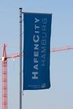 汉堡HafenCity旗子和起重机 免版税库存图片