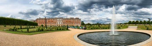 汉普顿法院宫殿和池塘秘密的庭院的 库存照片
