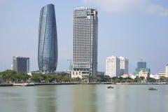 汉江和两座高层建筑物 岘港市,越南地平线  库存图片
