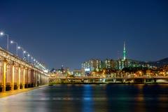 汉江的看法,看见了半坡桥梁和汉城塔 库存照片