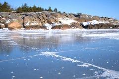 汉科岩石芬兰湾的海岸和冰在一晴朗的2月天 芬兰 图库摄影