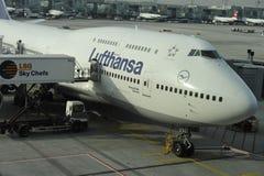 汉莎航空公司停放在门的波音747 库存照片