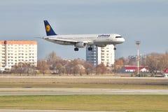汉莎航空公司在最后的着陆的空中客车A321 免版税库存图片