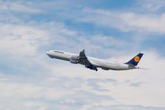 汉莎航空公司在飞行中空中客车A340 免版税库存照片