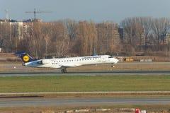 汉莎航空公司投炸弹者CRJ700 库存照片