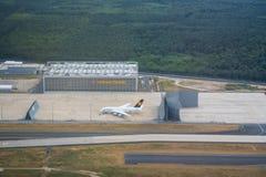 汉莎航空公司法兰克福国际机场的航空器飞机棚 免版税库存照片