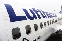 汉莎航空公司波音737准备好上 免版税库存图片