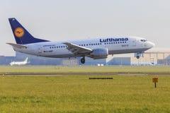汉莎航空公司波音737在斯希普霍尔 库存照片