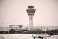 汉莎航空公司空中客车乘出租车在慕尼黑机场的,多雪的跑道 图库摄影