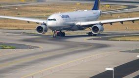 汉莎航空公司空中客车A330乘出租车 股票视频