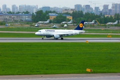 汉莎航空公司空中客车A319-114航空器在普尔科沃国际机场在圣彼德堡,俄罗斯 库存图片