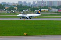 汉莎航空公司空中客车A319-114航空器在普尔科沃国际机场在圣彼德堡,俄罗斯 免版税库存照片