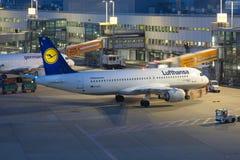 汉莎航空公司空中客车A320飞机杜塞尔多夫机场在晚上 库存照片