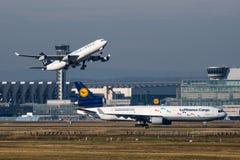 汉莎航空公司空中客车A340,汉莎航空公司货物MD-11 免版税图库摄影
