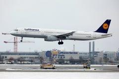 汉莎航空公司空中客车A321-100 D-AIRO从Munchen机场离开了 免版税图库摄影